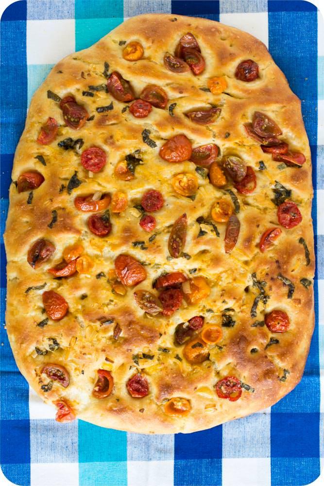 Focaccia mit Kamutmehl und Tomaten-Basilikim-Topping